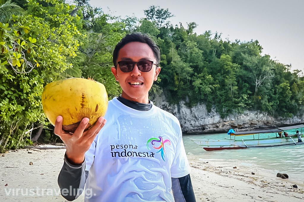 Wiranurmansyah di Pantai Karina Togean Islands