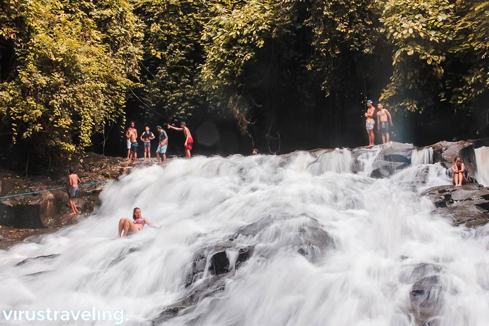 Aktivitas Pengunjung di air terjun Goa Rang Reng Bali