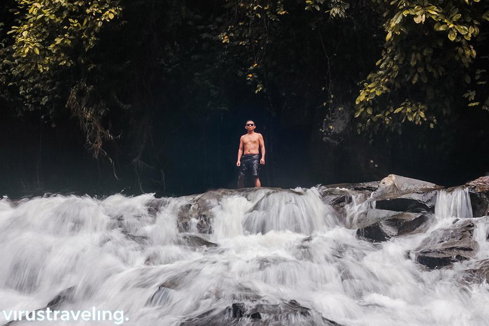Bergaya di air terjun Goa Rang Reng