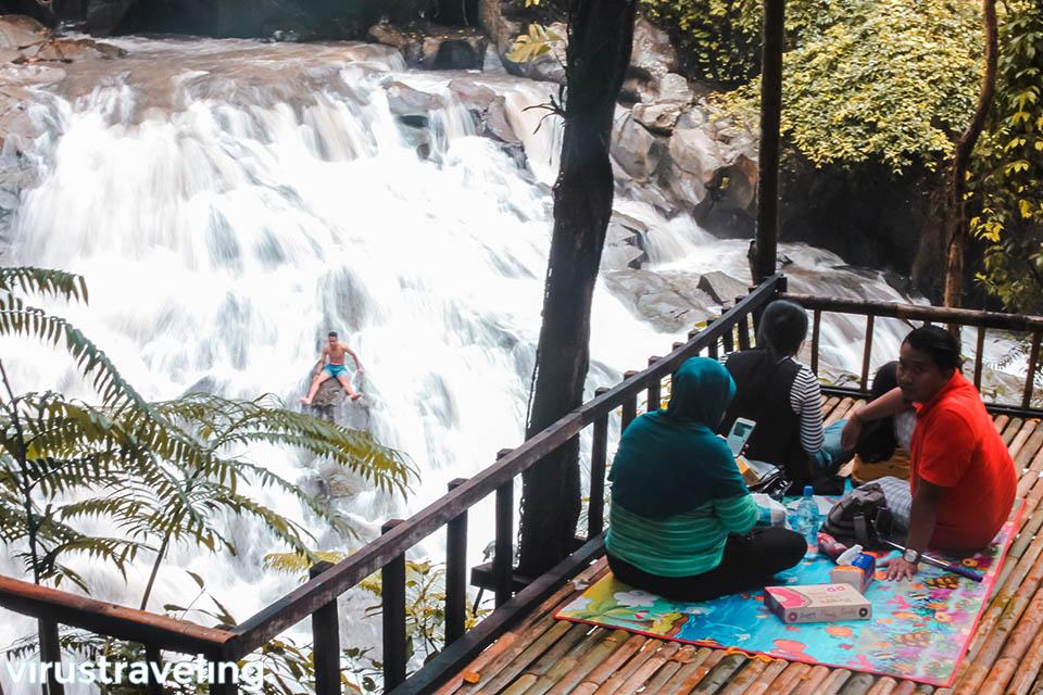 Bersantai melihat air terjun Goa Rang Reng Gianyar Bali