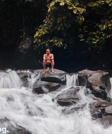 Ngapain lagi kalo bukan bersantai di air terjun Goa Rang Reng
