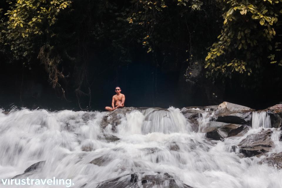 Santai di air terjun bali Goa Rang Reng