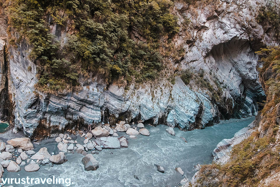 Aliran Sungai disisi Jiuqudong Tunnel Taroko Gorge