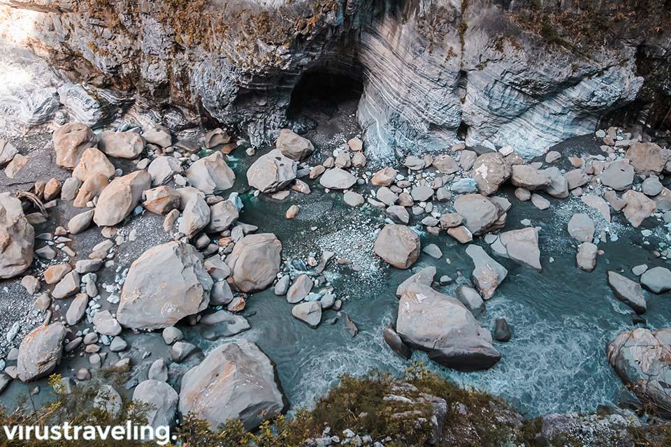 Bebatuan Raksasa di Aliran Sungai Taroko Gorge