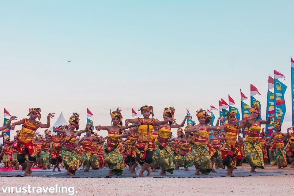 ratusan anak pengisi acara festival budaya bahari