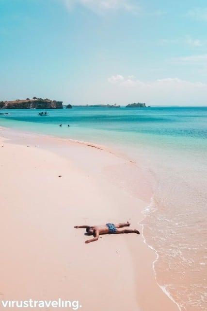 virustraveling di pantai pink lombok