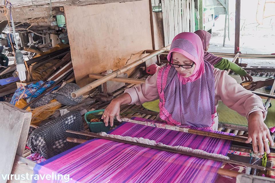 ibu penenun di kampung warna warni