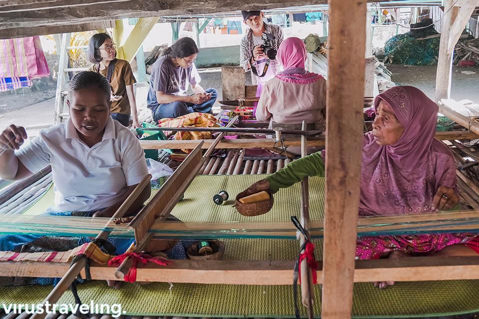 ibu rumah tangga menenun kain tenun bau bau