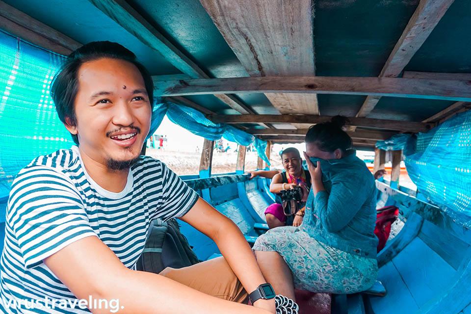 Di dalam perahu katinting bau bau