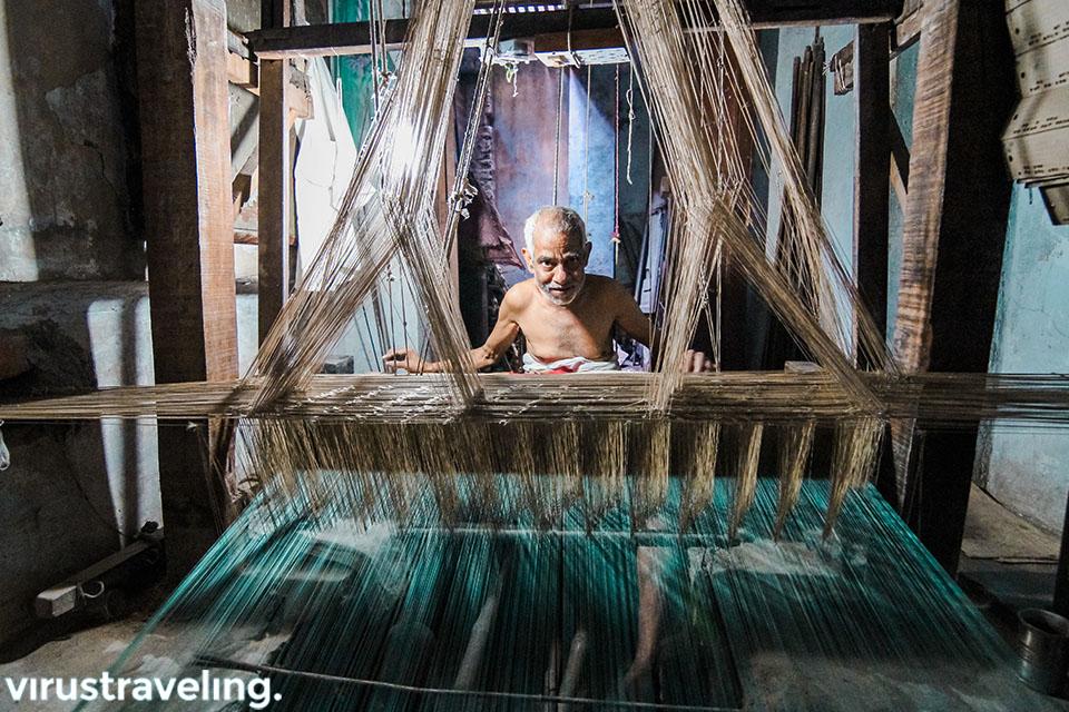 Lelaki tua pembuat kain Sari India di Varanasi