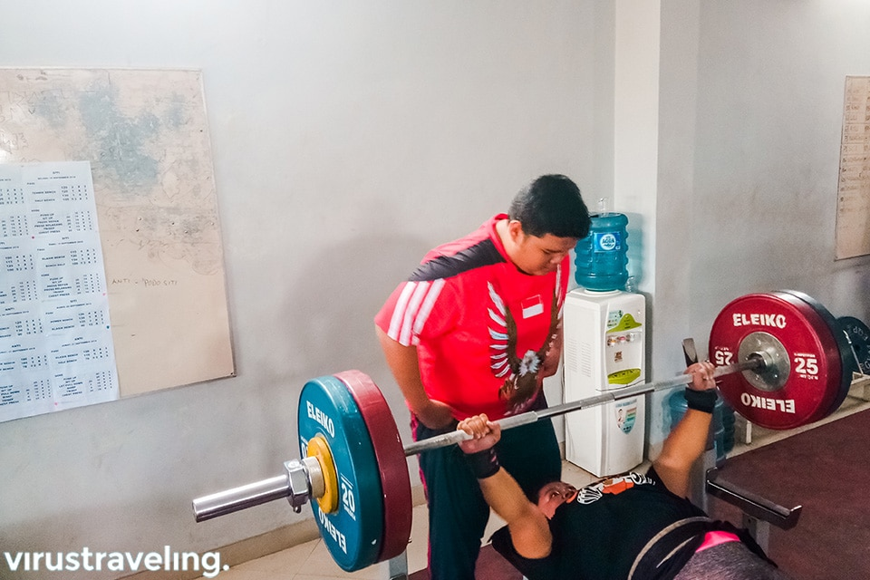 Lifter Para Games tampak sedang fokus latihan