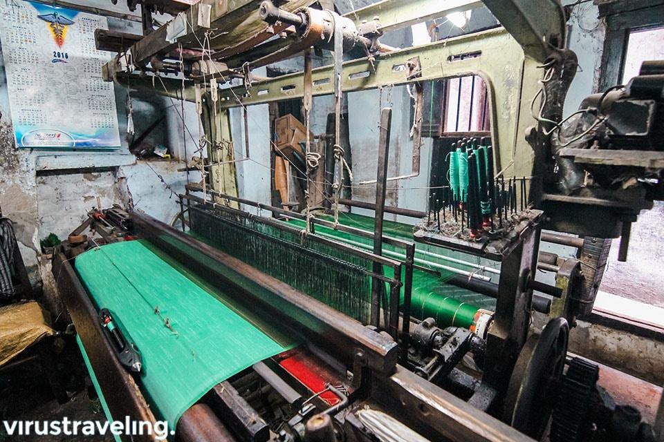Mesin pembuat Kain Sari India di ruangan yang sama