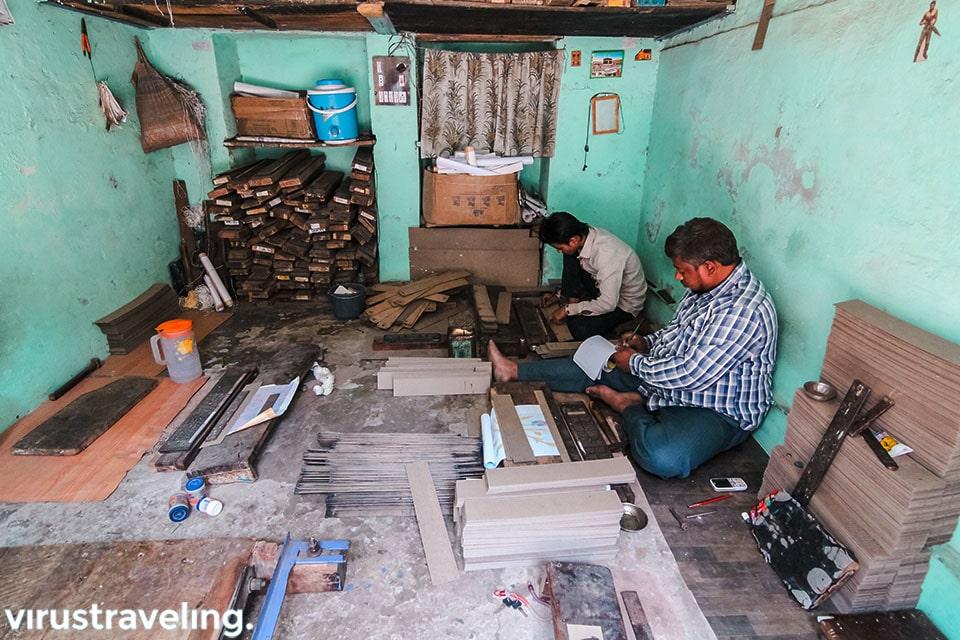 Pembuat cetakan corak kain sari di Varanasi India