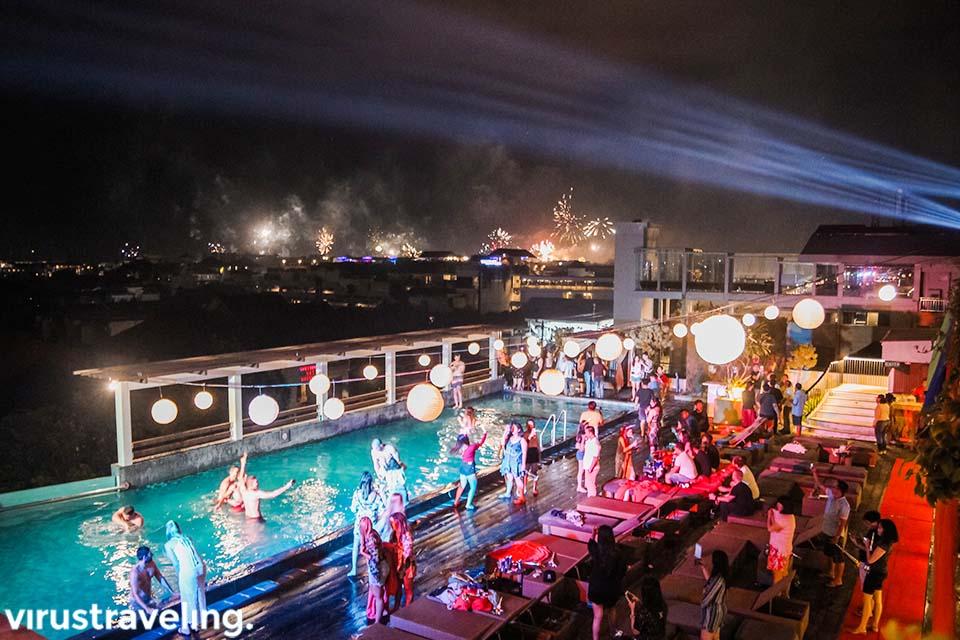 Sky Pool Party saat malam tahun baru