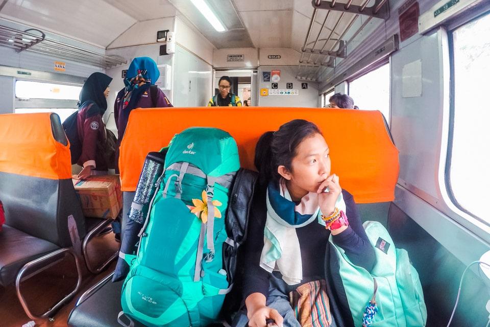 Satya Winnie dalam kereta api ekonomi
