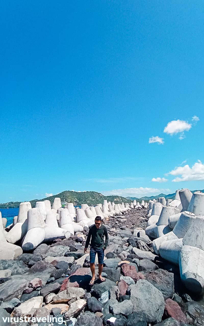 Pemecah Ombak di Dermaga Tanah Ampo